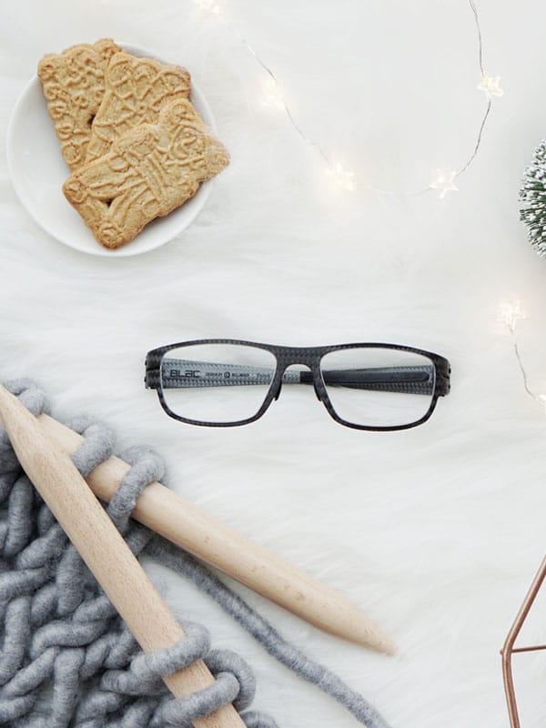Brille weihnachtlich inszeniert