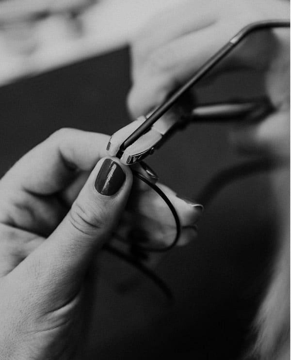 Brille wird beim Optiker repariert