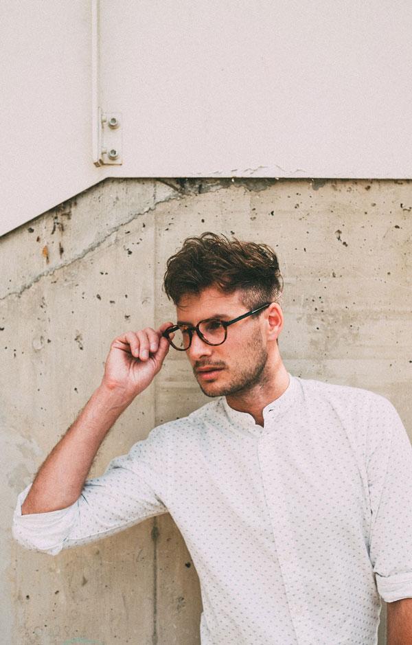 Mann mit weißem Hemd und optischer Brille