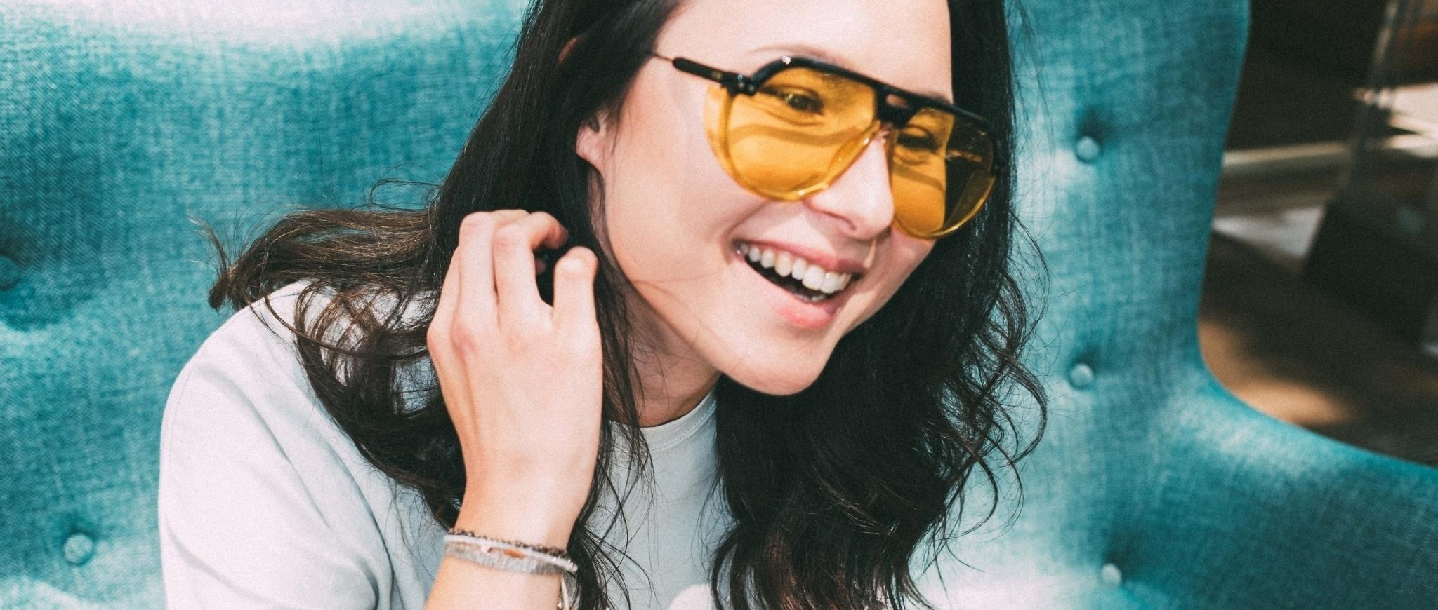 Frau mit Sonnenbrille mit gelben Gläsern
