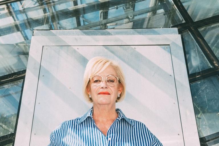 Ältere Frau mit Metall-Brille