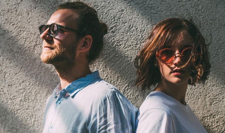 Mann und Frau mit Sonnenbrille